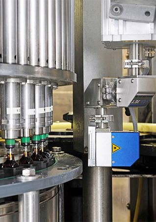 CO2 laser marking on glass in the beverage industry - quick access - REA JET CL IP65